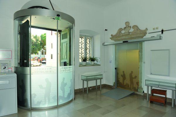 EPIDEMIJA: Osrednja knjižnica Srečka Vilharja Koper bo z naslednjim tednom delovala po urniku, ki ga običajno izvaja v poletnem času