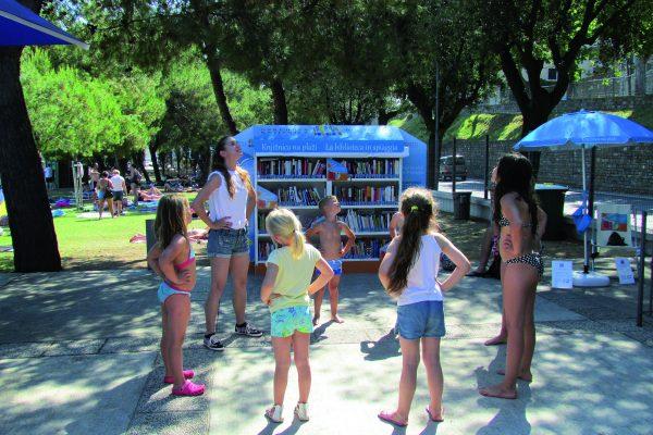 Knjižnica na plaži prešla okvire slovenske obale – od julija se bodo s knjigami na plaži družili tudi kopalci v Novigradu