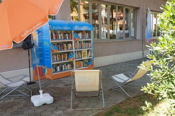 Knjižnica na plaži združila predstavnike dveh držav in treh narodnih skupnosti, slovenske, hrvaške in italijanske