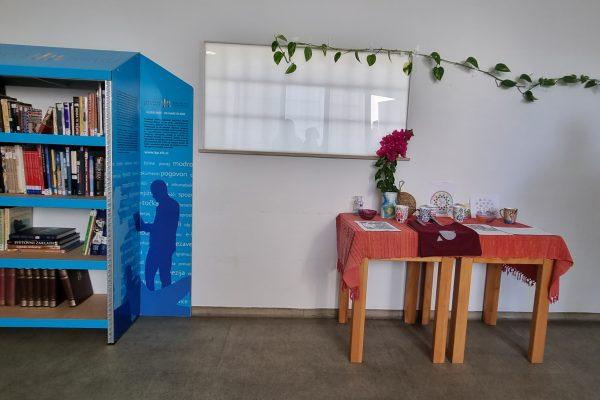 Nove knjižne police in 300 novih knjig za Zapore Koper