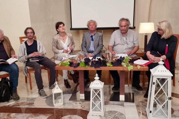 Knjižnica Ankaran: Ob stihih poezije počastili spomin na preminule pesnike
